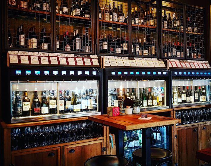Overzicht wijnkasten wijncafe Rayleigh en Ramsay